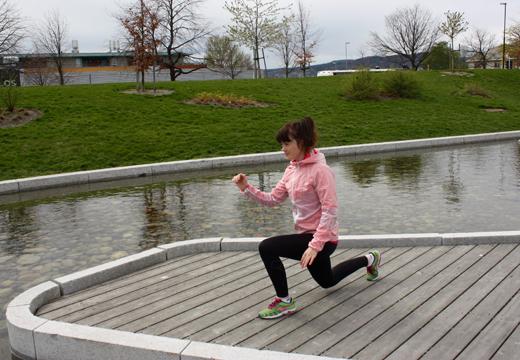 Øvelse: Utfall bak m/benløft Trener: Bakside-framside lår, rumpa, balanse Viktig: Få mest mulig tyngde på hæla på den fremste foten, knær og tær peker samme vei. Avansert: Hopp opp!