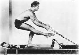 Joseph Pilates på sin Reformer maskin.