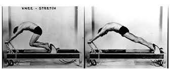 """Joseph Pilates viser øvelsen """"knee stretches"""" som fortsatt finnes i det moderne systemet."""