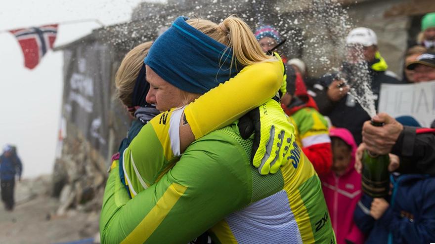Siri Langseth omfavner Kari etter seieren i årets Norseman. Foto: Lars-Erik Blenne Lien / Blenne Photography.